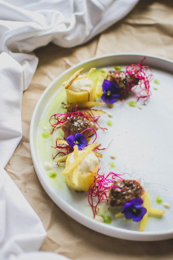 Entrecôte wallonne locale, frites allumettes, rondins de pomme de terre, coulis mousseux de salade verte et espuma de béarnaise