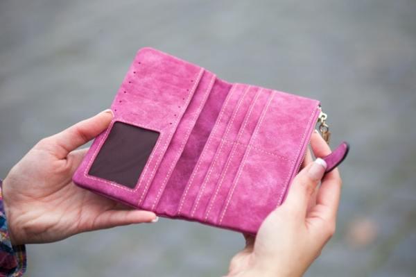Jos lompakko on todella näin tyhjä, niin epäilemme, että saisit edes sitä kuuluisaa pikavippiä, mutta ainahan voit käydä kaverilla tai kotona syömässä