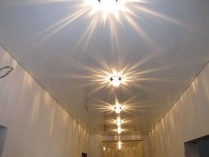 Натяжной потолок в коридор с точечными светильниками
