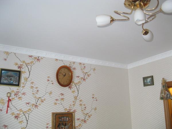 Сначала обои или натяжной потолок — когда следует клеить обои