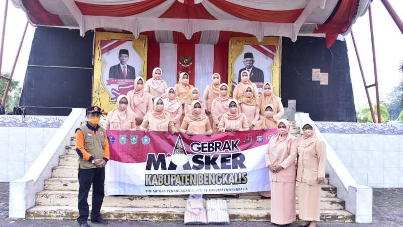Satgas Covid-19 Bengkalis Serahkan 2.000 Masker Kepada DWP Kabupaten Bengkalis