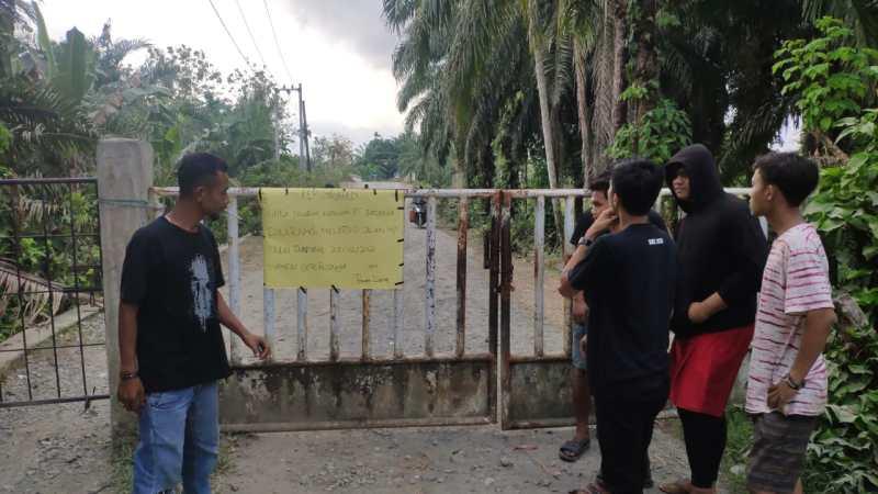 Diduga Sumbang Debu, Warga Segel JalanLokasi Tambang PT.BEL
