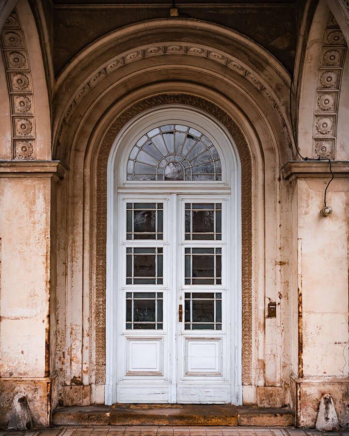 Eine alte Tür im Park Sanssouci Potsdam