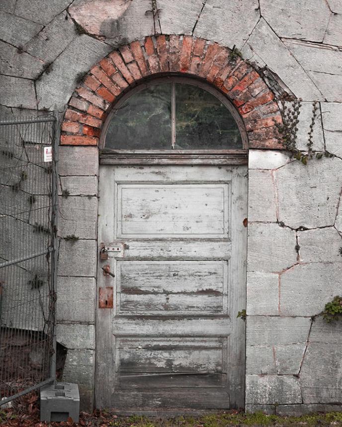 Kleine Tür in der Steinmauer bei der Mühle von Sansouci