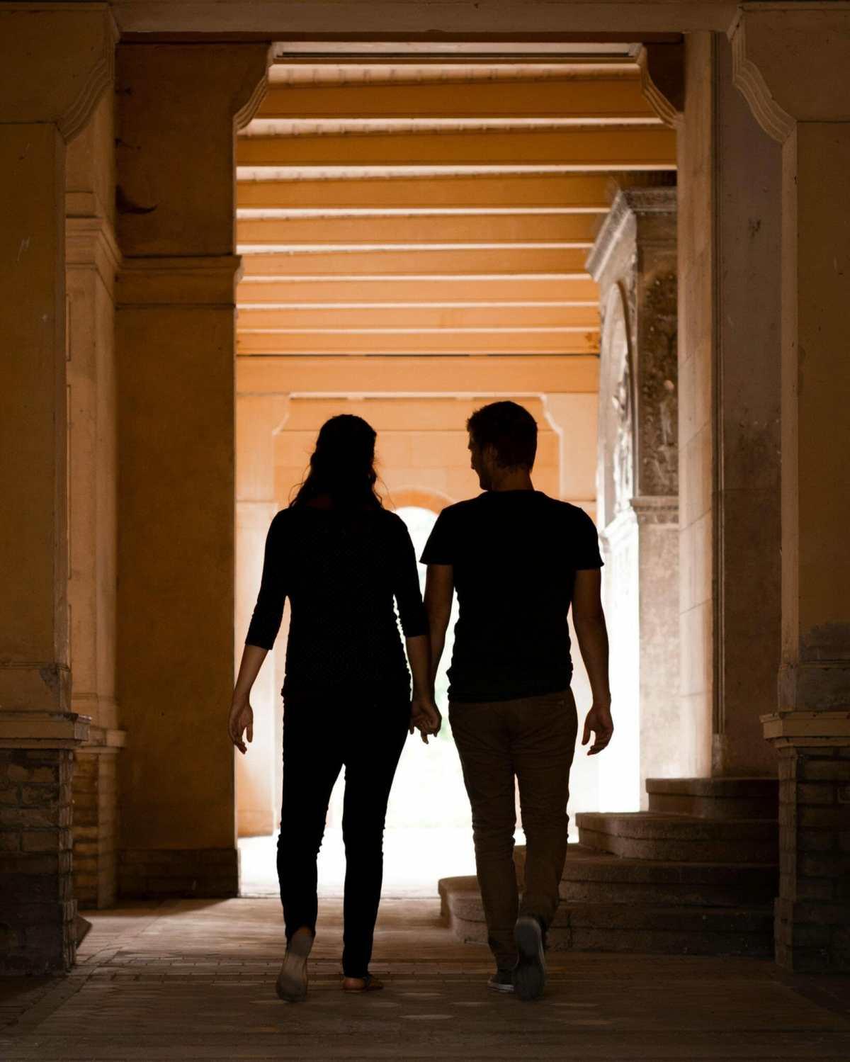 Paar läuft durch Gang in der Friedenskirche (Potsdam)