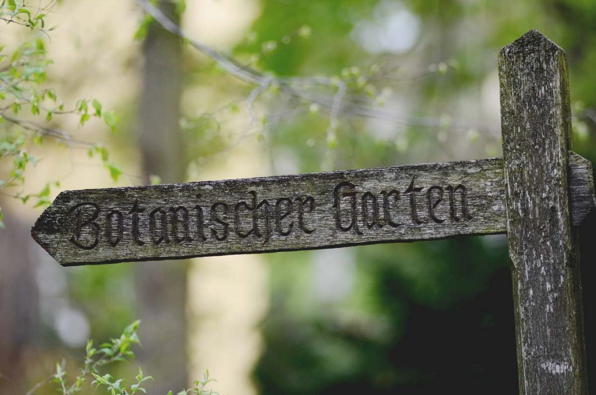 Wegweiser zum Botnischen Garten in Potsdam