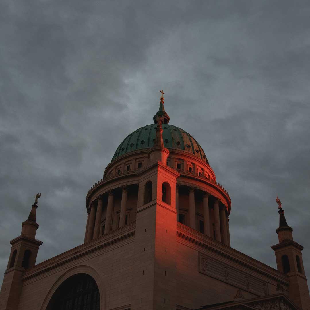 Nikolaikirche in rote Sonnenstrahlen gehüllt