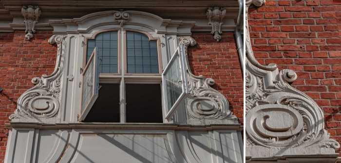 Fenster über dem Eingang der Urania Potsdam