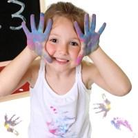 Bambina che gioca con i colori #2
