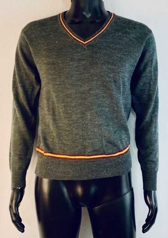 svetr uniformy, v které měl (údajně) natáčet Daniel Radcliffe