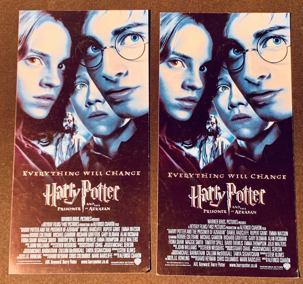 2 lístky na speciální promítání filmu Vězeň z Azkabanu pro členy tisku. Na lístku jsou z nějakého důvodu zajímavě zvýrazněny oči Harryho/Daniela (modré), Hermiony/Emmy (hnědé) a Rona/Ruperta (zelené).