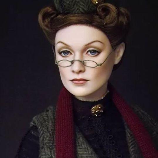 Portrét mladé Minervy McGonagallové s vlasy v drdolu, zeleným kloboučkem.