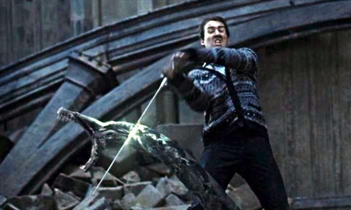 Neville utíná hlavu hadovi s rozevřenou tlamou.
