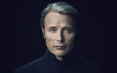 Mads Mikkelsen zblízka, pohled přímo do tváře.