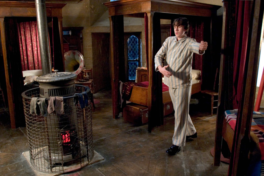 Neville je v pyžamu, má zavřené oči a má nakročeno k taneční póze. V ložnici v nebelvírské věži sám cvičí klasické tance.
