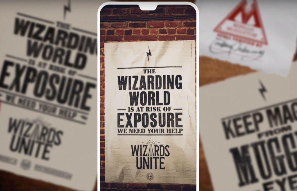 """Promo obrázek ke hře Wizards Unite z dob bety. V popředí obrazovka mobilního telefonu, na které je fotka zobrazující kouzelnický plakát na zdi. Na plakátu stojí (v AJ) """"Kouzelnický svět v nebezpečí odhalení. Potřebujeme Vaši pomoc. Wizards Unite."""" V pozadí jsou rozostřené další plakáty, které říkají jednak totéž a také """"Držte magii mimo dohled mudlů."""