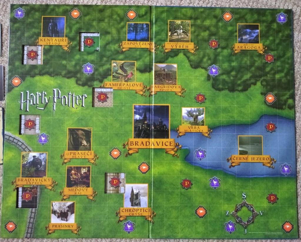 Hrací plán otevřen na dvojstraně se zelenými školními pozemky. Pouze na severu jsou stromy Zapovězeného lesa. Jinak jsou po hracím plánku různě rozmístěny ilustrace dalších různých míst (hrad Bradavice, sovinec, Hagridova hájenka ad.).