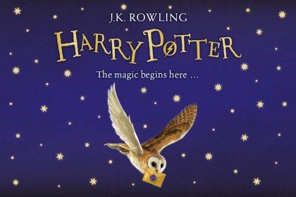 """Na tmavomodrém pozadí posetým zlatými hvězdami jsou odshora nápisy: J.K. Rowling, pod tím HARR POTTER a pod tím """"The magic begins here..."""" a pod tím obrázek poštovní sovy pálené s dopisem v zobáčkem."""