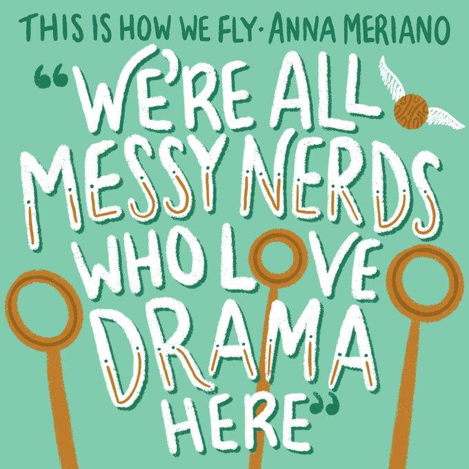 """Citát """"We're all messy nerds who love drama here"""" psaný bílým písmem na světle zeleném pozadí. Zespodu zasahují do textu tři okrové famfrpálové obruče."""