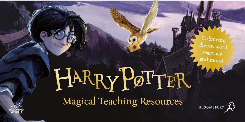 Kresba, na níž je vlevo Harry Potter, obracející svou usměvavou tvář k divákovi, vedle něj zlatý nápis v kapitále Harry Potter a pod ním Magical Teaching Resources. Nad nápisem je poštovní sova pálená s dopisem v zobáčku. Vpravo je bradavický hrad a za ním jezero. Vše laděno do fialových barev.