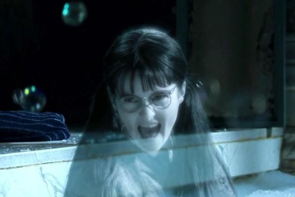 """Obrázek z filmu Ohnivý pohár ve kterém se Uršula rádoby snaží svést Harryho v prefektské koupelně (dělá na něj obličeje...) Na tomto obrázku je s Harrym (který je mimo záběr) v prefektské vaně a až úchylně se na něj směje (s široce otevřenou pusou, jakoby chtěla udělat ono stereotypní """"rraawrr"""")"""