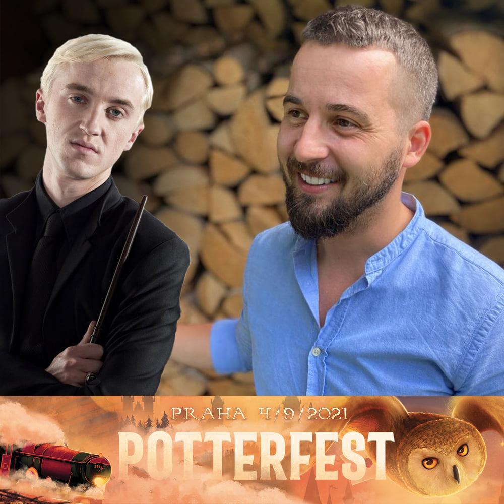 Vlevo je fotografie Draca Malfoye v černém. Ruku s hůlkou má u ramene a dívá se na diváka. Vpravo je usměvavý dabér s vousy a v modré košili. Pod fotkami je logo Poterfestu.