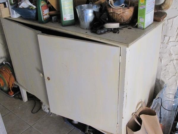 vieux meuble dans un débarras
