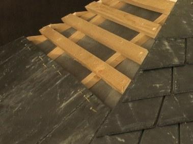détail d'un toit de poulailler en ardoises