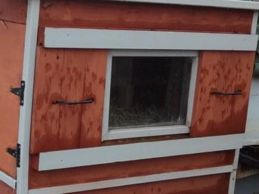 SEBASTIEN - poulailler auto construit fenêtre à glissière