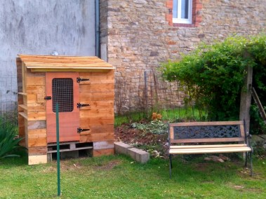 stéphane - poulailler autoconstruit en palettes dans un jardin