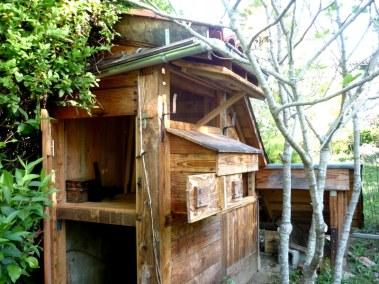 Pierre 2 - poulailler autoconstruit rustique en bois vue intérieur