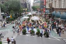 Maintenir une voie cyclable avec des espaces piétons dédiés à la détente. Le partage de la rue Herald Square, à New York, a drainé une nouvelle affluence dans le secteur. Crédit photo : NYC DOT