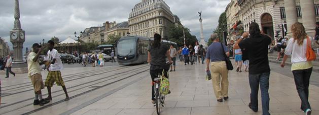 Le Groupement des autorités responsables de transports (GART) de Bordeaux intègre les déplacements à pieds dans les plans de déplacements. Il privilégie les modes de transports alternatifs tels que le covoiturage, l'autopartage,le vélo, les transports collectifs mais aussi le pédibus, le vélobus. Crédit photo : GART