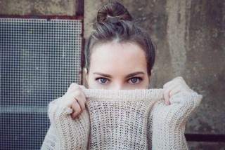 Une femme regarde le monde avec appréhension et se laisse définir par le regard des autres