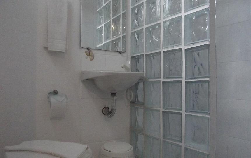 Banheiro Quarto Quadruplo Pousada Oca Poranga Guarujá