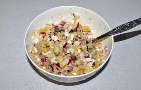 Заправляем салат, перемешиваем, выкладываем в салатник. Если есть желание, заправляем салат не маслом, а майонезом.