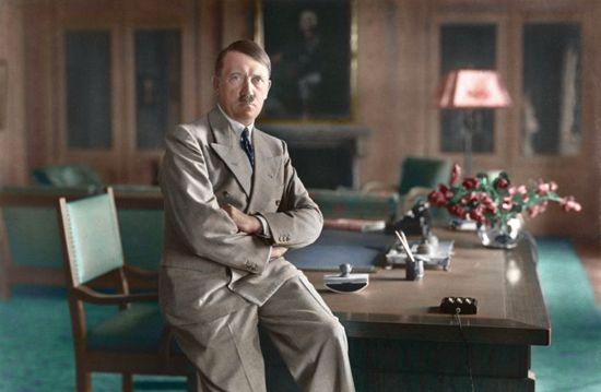 Adolf Hitler u svom uredu (Bundesarchiv, Bild 146-1990-048-29A / Heinrich Hoffmann / CC-BY-SA.)