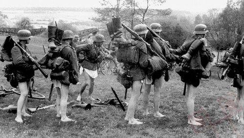 Njemački vojnici se pripremaju za forsiranje rijeke (1940.)