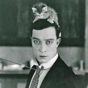Buster Keaton s mačjim modnim dodatkom (oko 1920.)