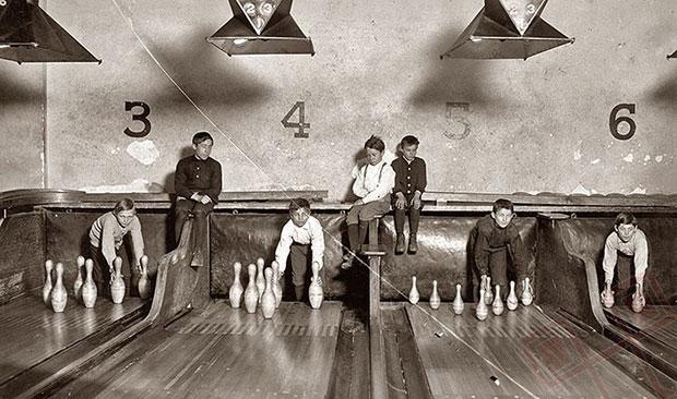 Prije izuma strojeva za automatsko podizanje čunjeva taj su posao obavljali dječaci (1914.)