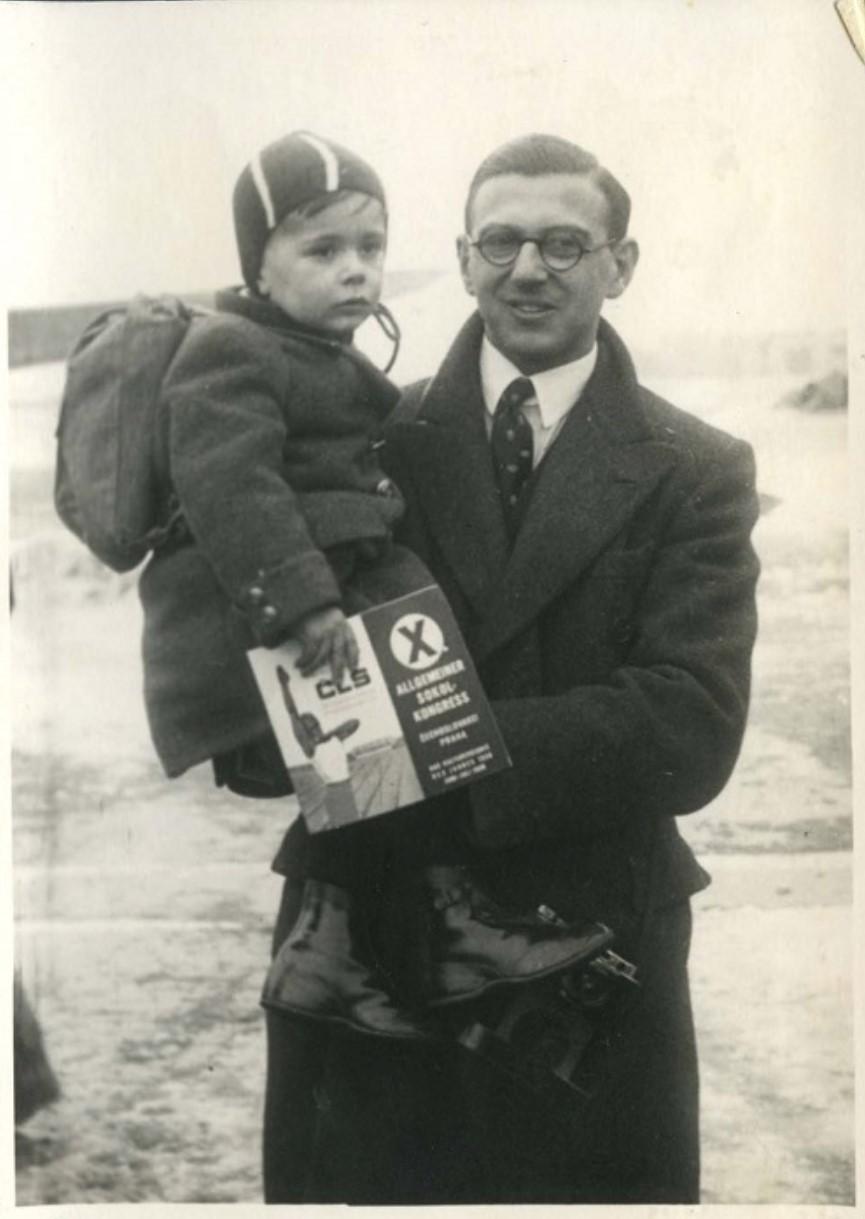 Winton nosi dječaka koji je upravo zračnim transportom iz Praga prebačen u London, siječanj 1939. (Yad Vashem Photo Archives)