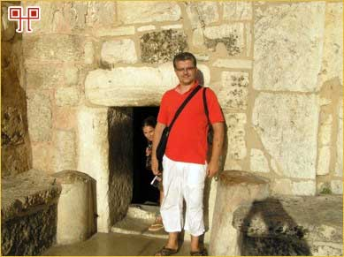 Ulaz u crkvu Kristova rođenja upućuje na burnu prošlost mjesta