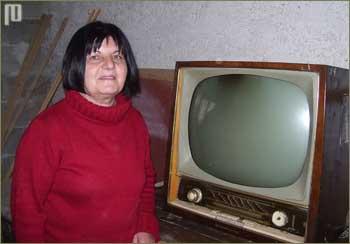 Gospođa Fuss pokraj televizora