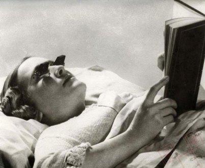 Naočale za čitanje u krevetu