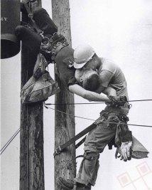 """""""Poljubac života"""" – radnik elektre oživljava prijatelja nakon udara struje. (Ne)sretnik je preživio. (1967.)"""