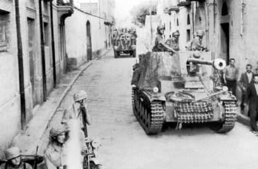 Mehanizacija divizije HG u pokretu kroz sicilijansko selo.