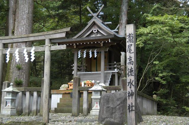 生命の根源であり、万物のもととなる水の神様をまつる滝尾高徳水神社とは?