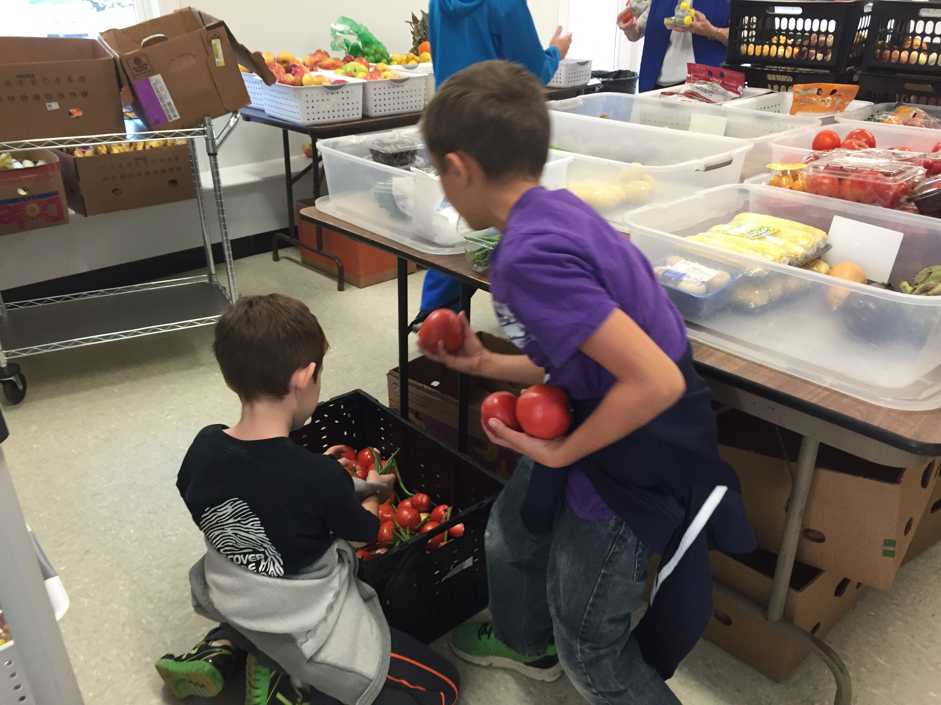 kids with purpose work at the food pantry(1)