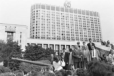 Borys Jelcyn przed gmachem parlamentu, 19 sierpnia 1991