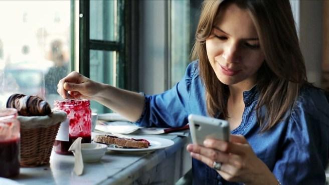 девушка смотрит в смартфон